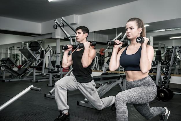 Mężczyzna i kobieta, trening w parze w siłowni