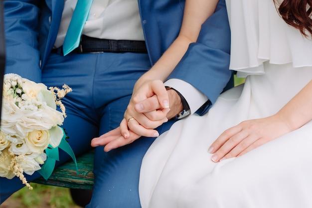 Mężczyzna i kobieta trzymać rękę