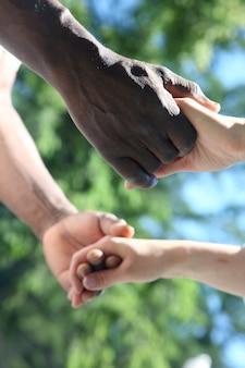 Mężczyzna i kobieta trzymają się za ręce z bliska