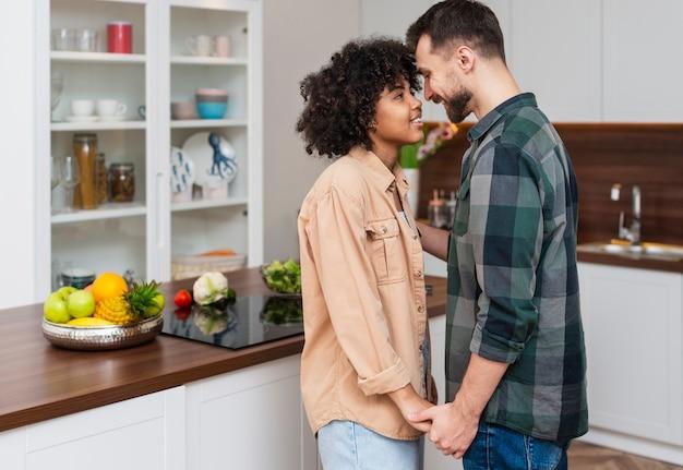 Mężczyzna i kobieta, trzymając się za ręce i patrząc na siebie