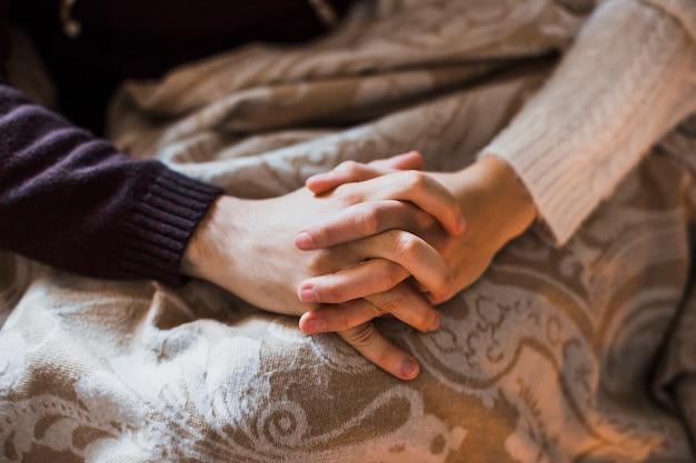 Mężczyzna i kobieta trzymając się za ręce