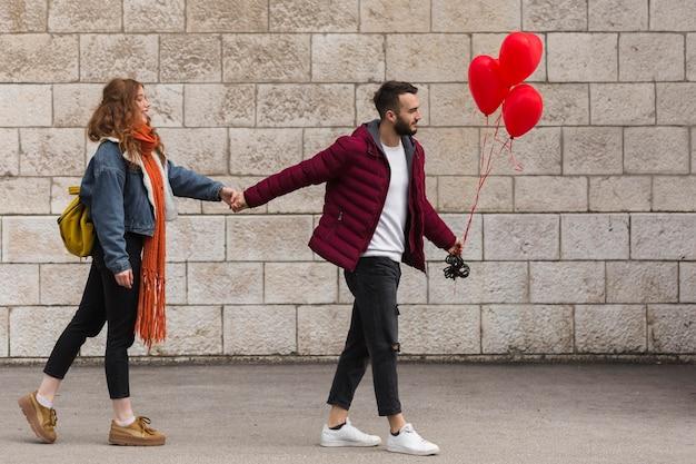 Mężczyzna i kobieta, trzymając się za ręce