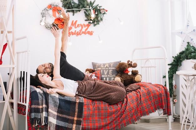 Mężczyzna I Kobieta Upping Ręki Na łóżku Darmowe Zdjęcia