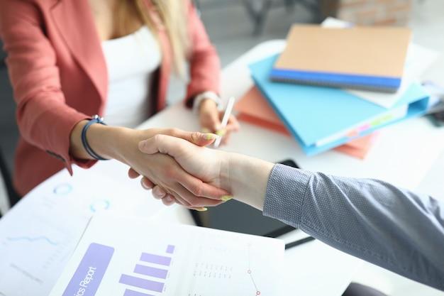 Mężczyzna i kobieta w biurze drżenie rąk.
