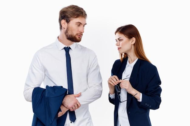 Mężczyzna i kobieta w biznesie odpowiada menedżerom finansowym