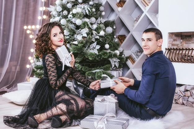 Mężczyzna i kobieta w domu z dekoracją świąteczną