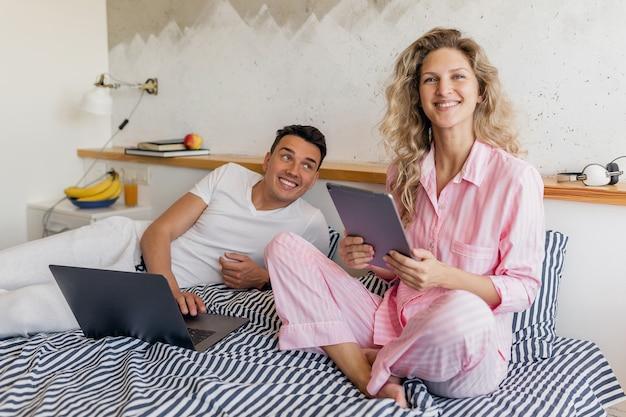 Mężczyzna i kobieta w domu