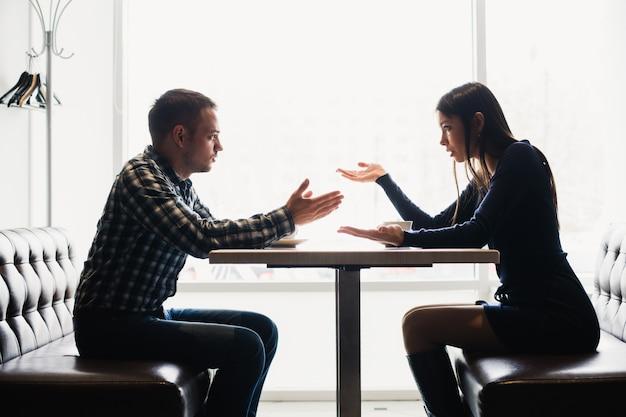 Mężczyzna i kobieta w dyskusjach w restauracji