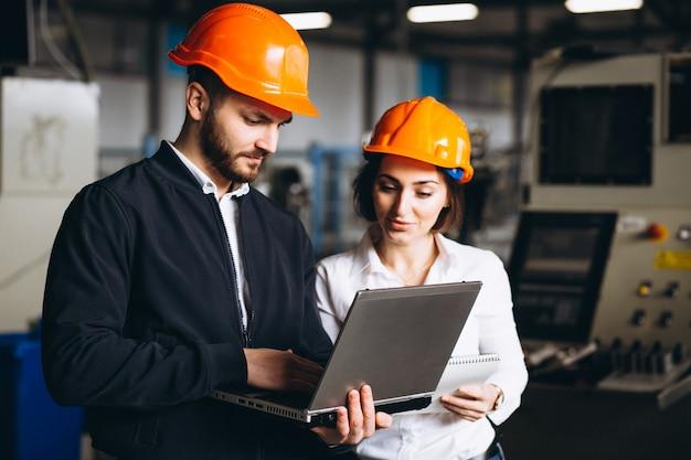 Mężczyzna i kobieta w fabryce