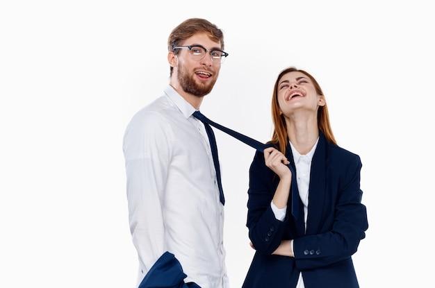 Mężczyzna i kobieta w garniturach, kolega z pracy, przedsiębiorca komunikacji