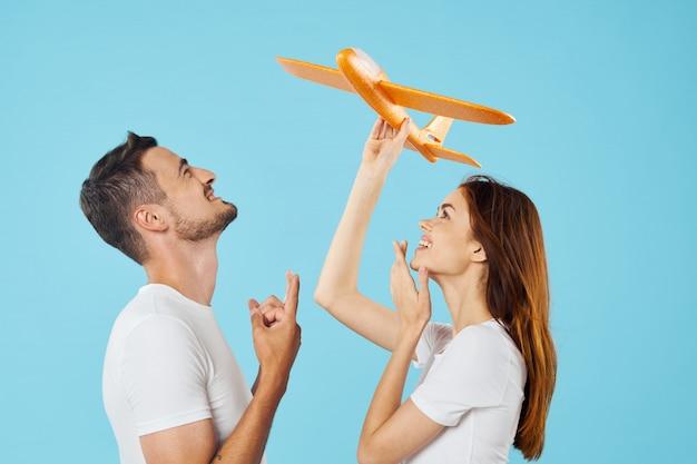 Mężczyzna i kobieta w jasnych kolorach t-shirty stanowiące razem, para
