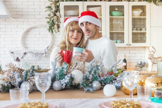 Mężczyzna i kobieta w kuchni boże narodzenie zdjęcie