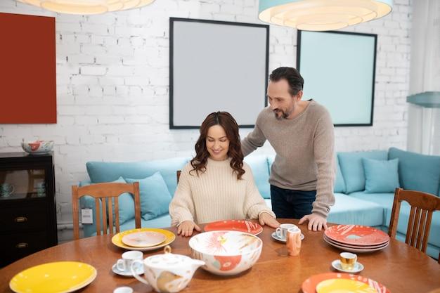 Mężczyzna i kobieta w lekkich swetrach wyglądają na zainteresowanych