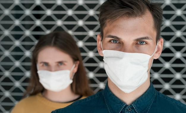 Mężczyzna i kobieta w maskach ochronnych