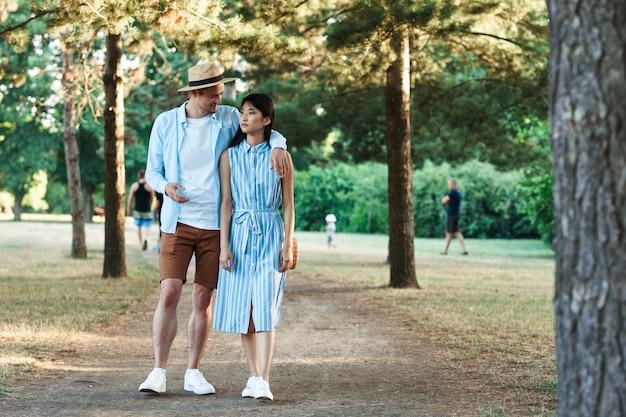 Mężczyzna i kobieta w naturze w parku chodzić i rozmawiać.