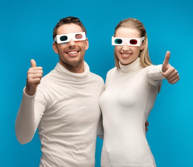 Mężczyzna i kobieta w okularach 3d pokazujący kciuk w górę