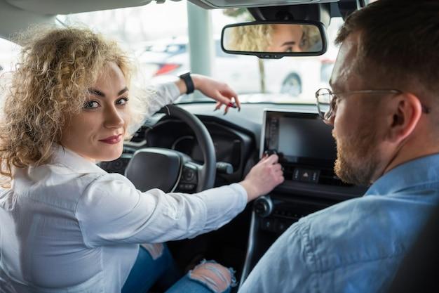 Mężczyzna i kobieta w samochodzie