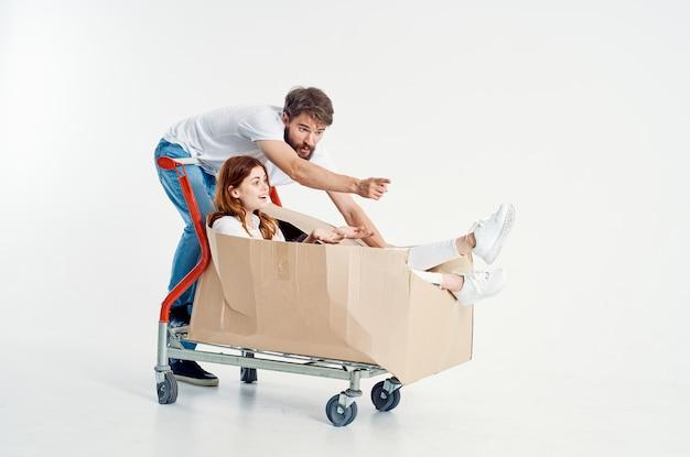 Mężczyzna i kobieta w supermarkecie styl życia zabawy na białym tle