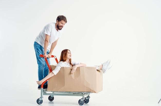 Mężczyzna i kobieta w supermarkecie styl życia zabawy na jasnym tle