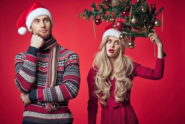 Mężczyzna i kobieta w świątecznych zabawach świątecznych dekoracji zabawek. zdjęcie wysokiej jakości