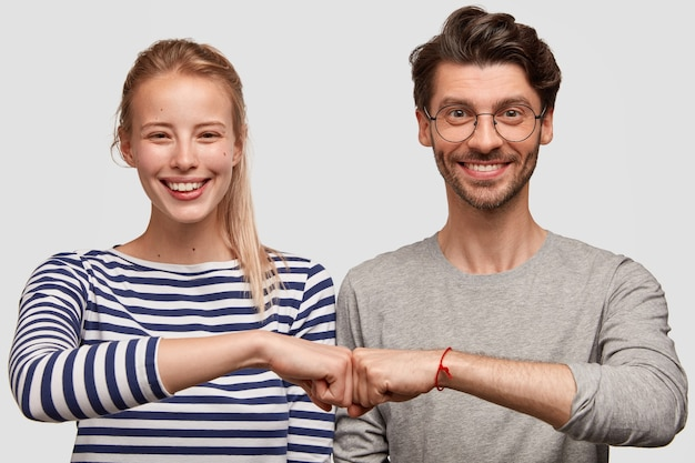 Mężczyzna i kobieta w ubranie pozowanie