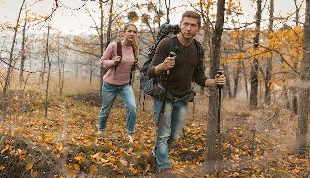 Mężczyzna i kobieta wędrówki w jesieni przyrody