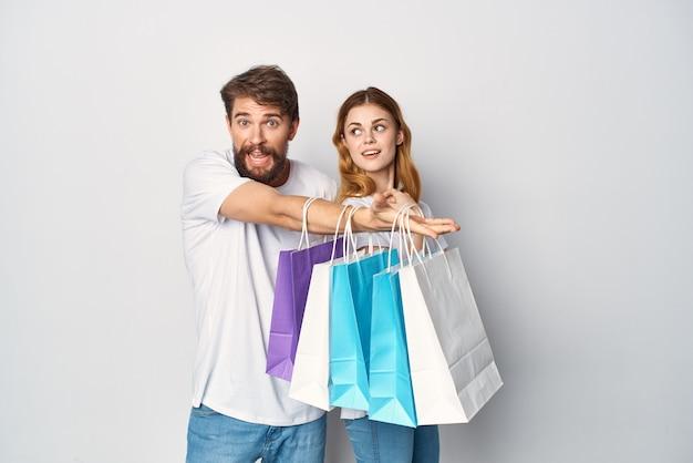 Mężczyzna i kobieta wielokolorowe torby na zakupy zakupy sprzedaż rozrywka