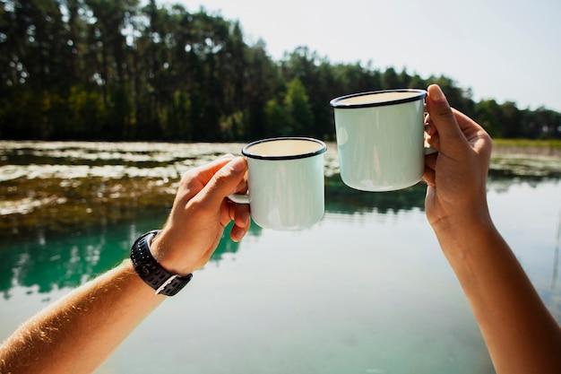 Mężczyzna i kobieta wiwatują na temat bycia razem na zewnątrz