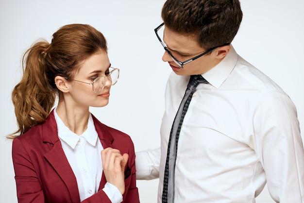 Mężczyzna i kobieta współpracownicy na białym tle