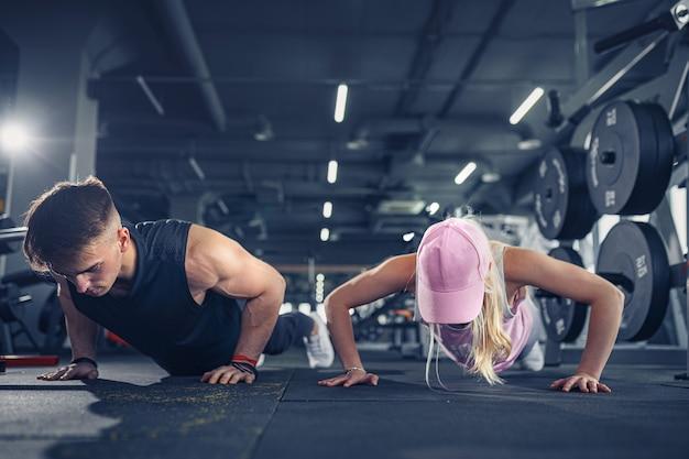 Mężczyzna i kobieta wzmacniają ręce podczas treningu fitness