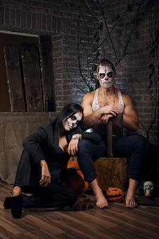 Mężczyzna i kobieta z cukrowym czaszki makeup. sztuka malowania twarzy.