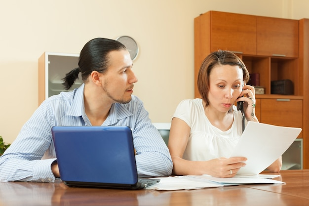 Mężczyzna i kobieta z dokumentu finansowego