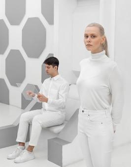 Mężczyzna i kobieta z plastikową deską
