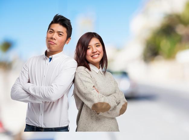 Mężczyzna i kobieta z powrotem do tyłu