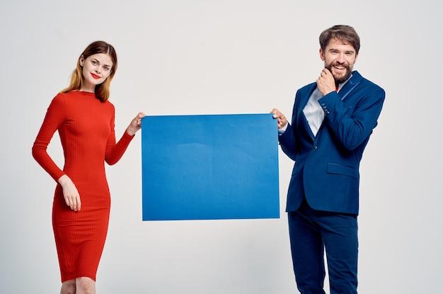 Mężczyzna i kobieta z prezentacją reklamy niebieski makieta kopiowanie miejsca. zdjęcie wysokiej jakości