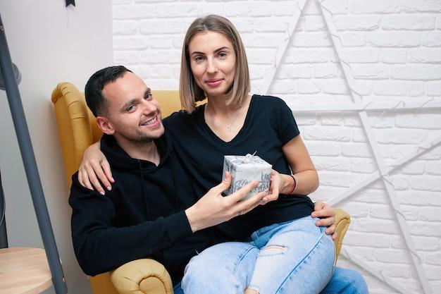 Mężczyzna i kobieta z pudełkiem