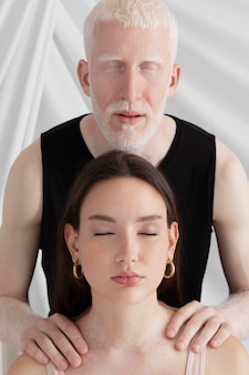 Mężczyzna i kobieta z różnymi unikalnymi cechami