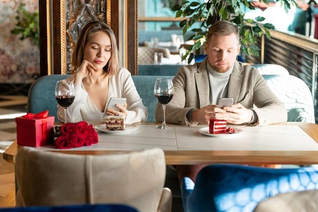 Mężczyzna i kobieta z smartfonami