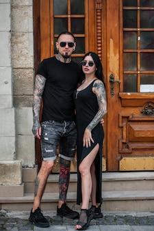 Mężczyzna i kobieta z tatuażami na zewnątrz