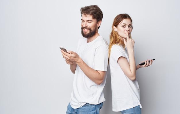 Mężczyzna i kobieta z telefonami w technologii rąk