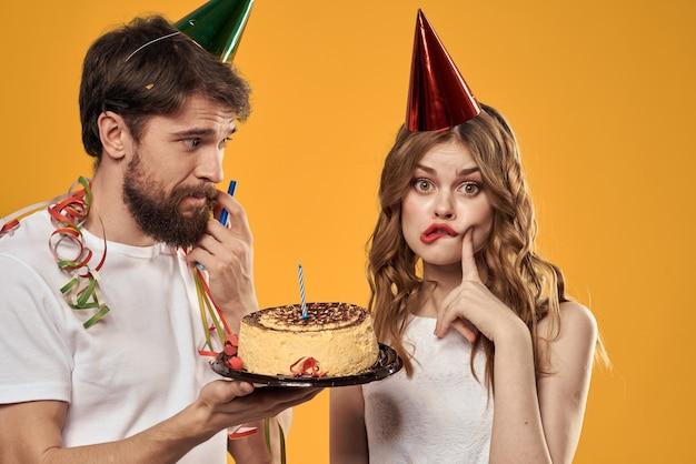 Mężczyzna i kobieta z tortem urodzinowym