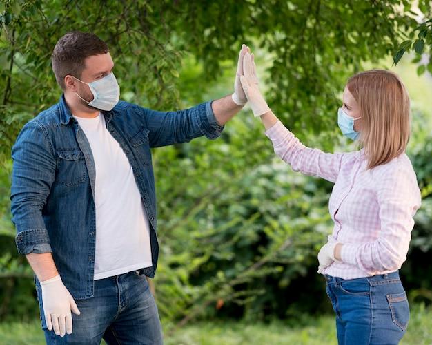 Mężczyzna i kobieta zachowujący dystans społeczny