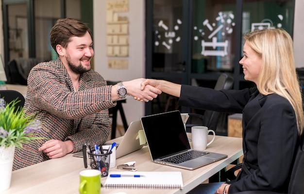 Mężczyzna i kobieta zawarcie umowy w pracy