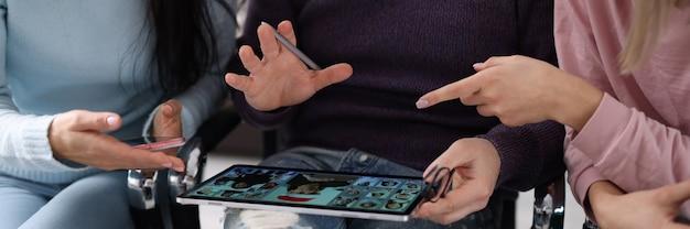 Mężczyzna i kobiety nawiązują połączenie wideo na tablecie. koncepcja spotkania online