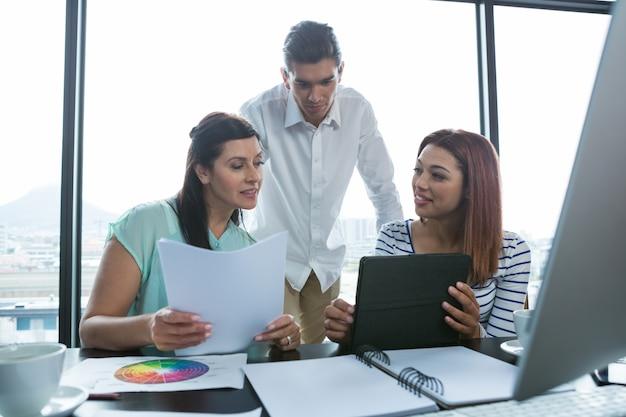 Mężczyzna i kobiety pracujące w biurze