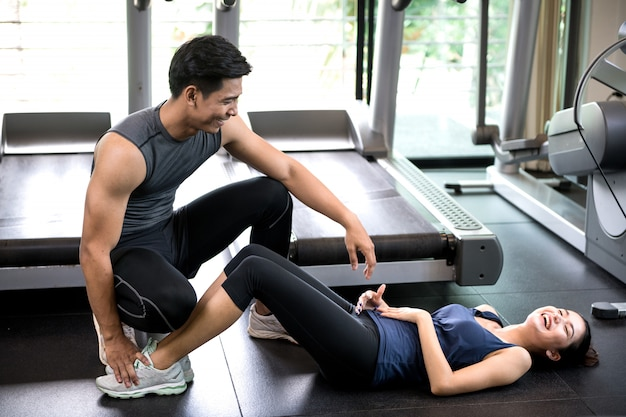Mężczyzna i kobiety pracujący w gym wpólnie out