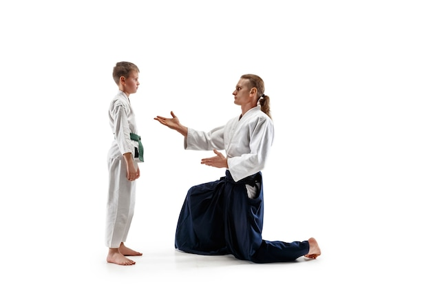 Mężczyzna i nastolatek walczą na treningu aikido w szkole sztuk walki. pojęcie zdrowego stylu życia i sportu.