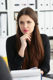 Mężczyzna i uśmiechnięta dojrzała kobieta opowiada w biurze