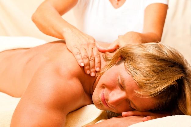 Mężczyzna i wellness z masażem