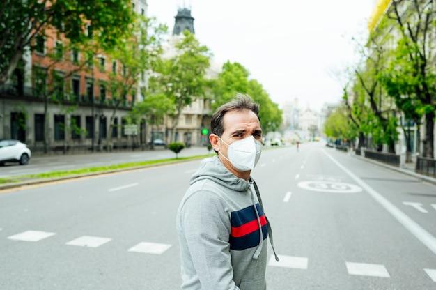 Mężczyzna idąc przez madryt z maską